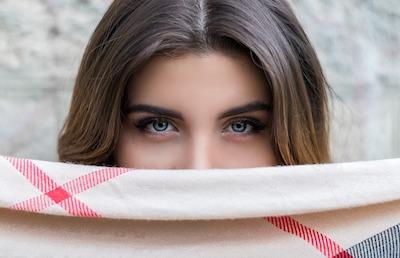 Augenbrauen mit Haarspray in Form bringen